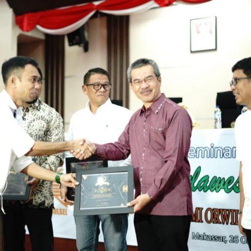 Dr. Ir. Andi Tamsil, M.Si Menerima Penghargaan sebagai Cendikiawan Peduli Lingkungan Hidup